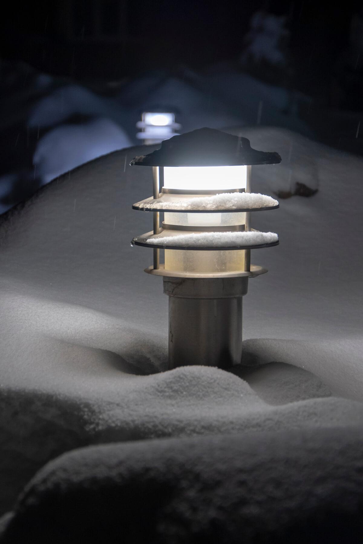 Светильник-столбик для свещения участка у дома
